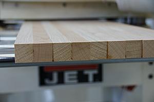 Полоски дуба и бука имеют сечение 25х25 мм.
