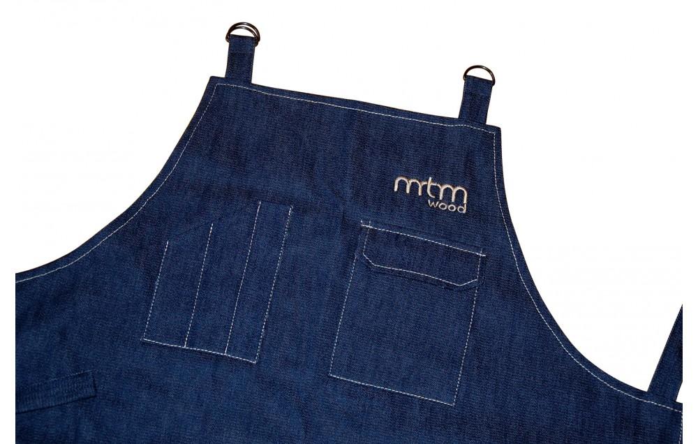 Фартук из джинсовой ткани с контрастной отделкой внутри.